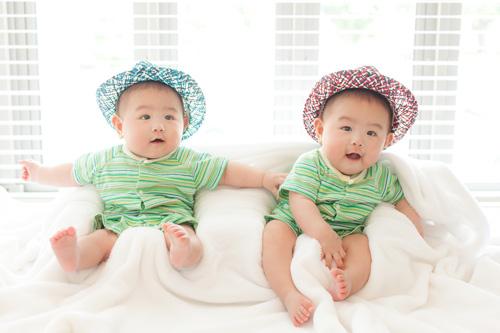お帽子をかぶった双子の男の子