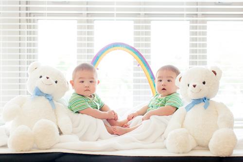 双子の男の子と双子のくまさん