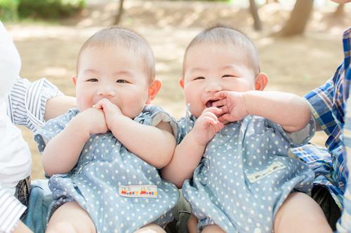 公園での双子の男の子