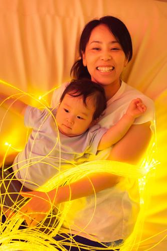 スヌーズレンルームでの母と子