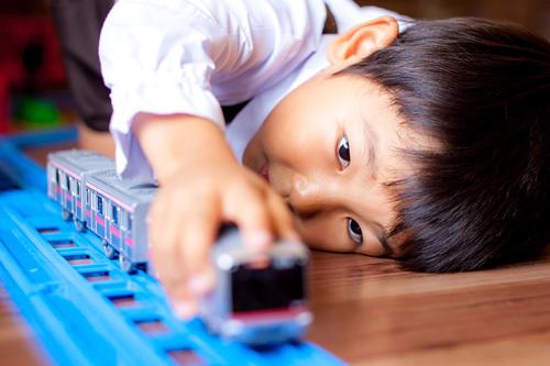プラレールで遊ぶ男の子