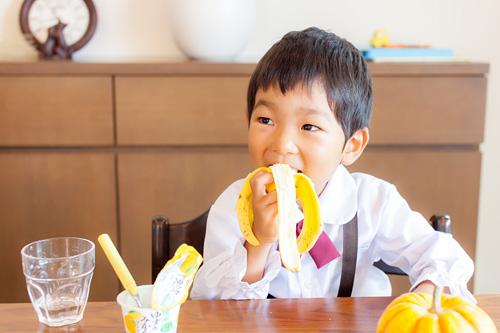 バナナを食べる男の子