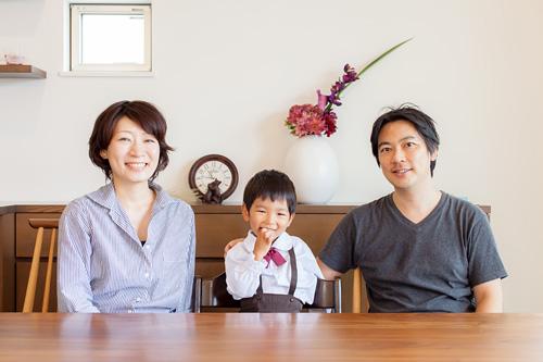 リビングでの家族写真
