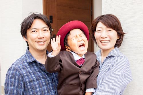 玄関での家族写真