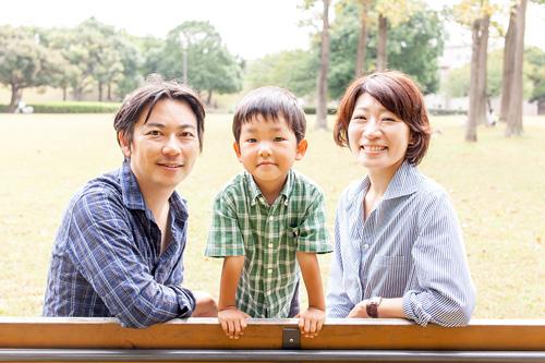 ベンチでの家族写真