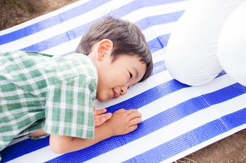 シートに寝転ぶ男の子
