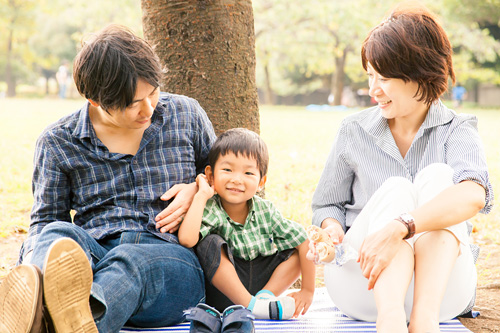 木陰に座るご家族
