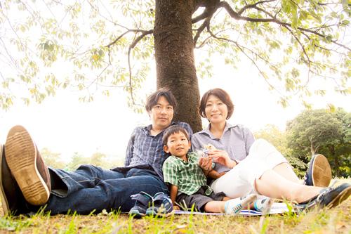 木の下での家族写真