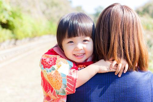 お母さまに抱っこされる女の子