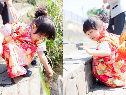 小川で遊ぶ女の子