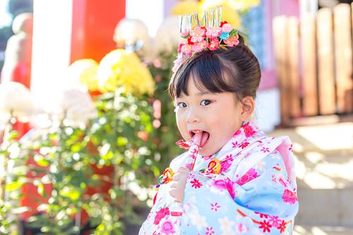 千歳飴を食べる女の子