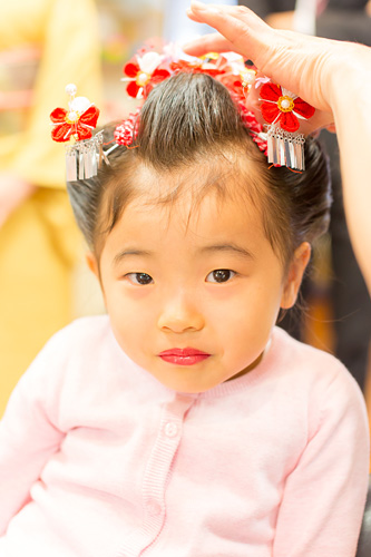 髪飾りをつけてもらう女の子