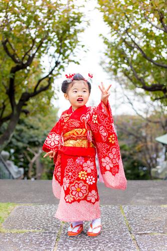 3歳のポーズをする女の子