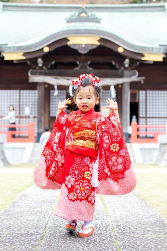 拝殿前でポーズをとる女の子