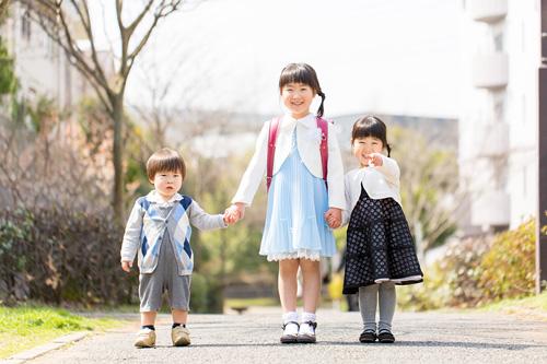 妹さんと弟さんと3人での記念写真