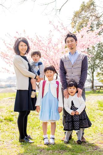 桜の下での家族写真