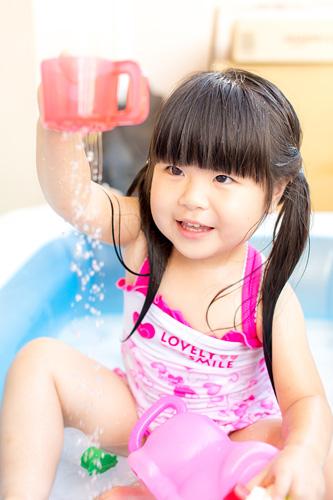 下に落ちるお水を見る女の子