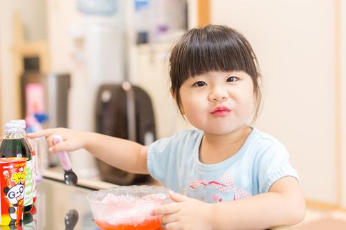 メロン味のシロップを指さす女の子