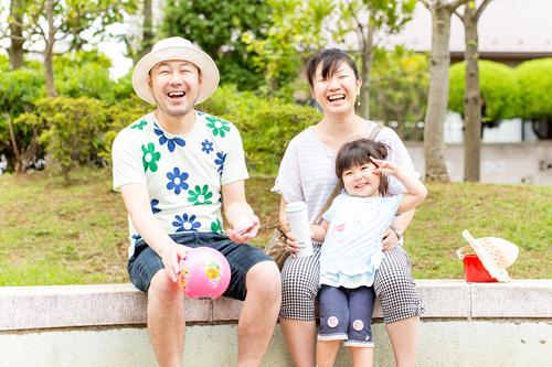 楽しそうに笑う家族写真
