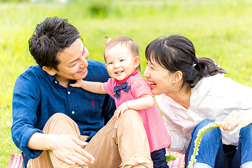 公園で遊ぶご家族