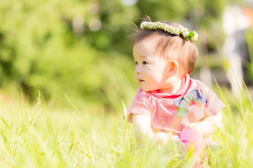 芝の上に座る女の子