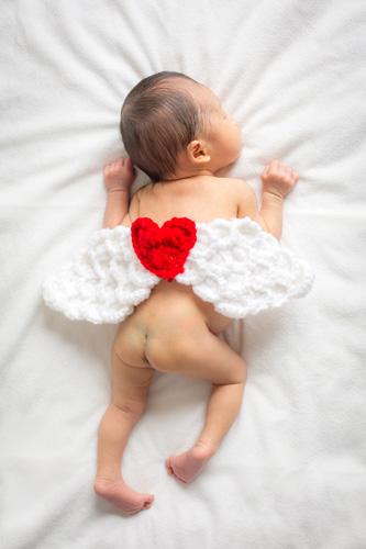 天使の羽をつけて眠る女の子