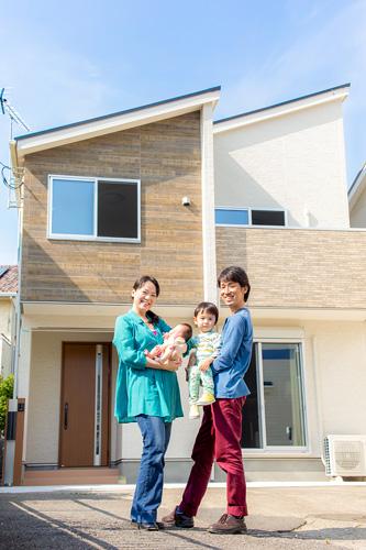 ご自宅の前での家族写真
