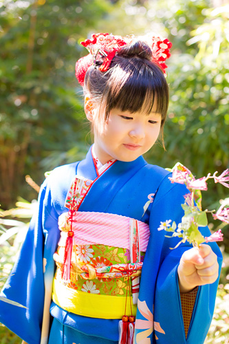 お庭でお花を見つけた女の子