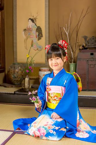 和室で正座をする女の子