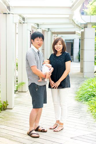 中庭での家族写真