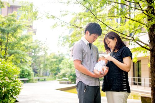 優しい光に包まれた家族写真