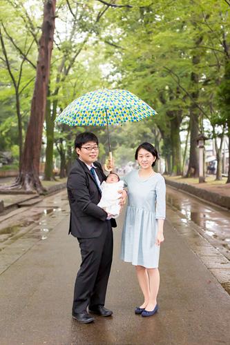 傘をさしながら参道でのご家族3人のシーン