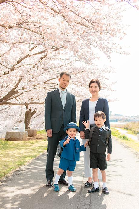 桜を背景に家族4人で記念撮影