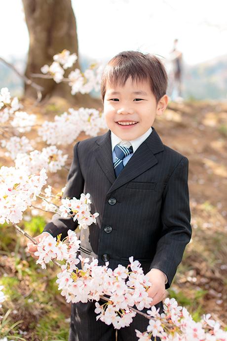 桜を手に持つお兄ちゃん