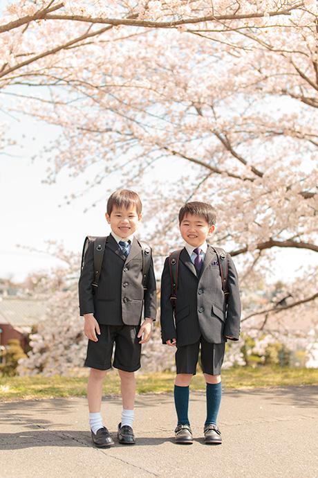 桜を背景にお兄ちゃんとご友人