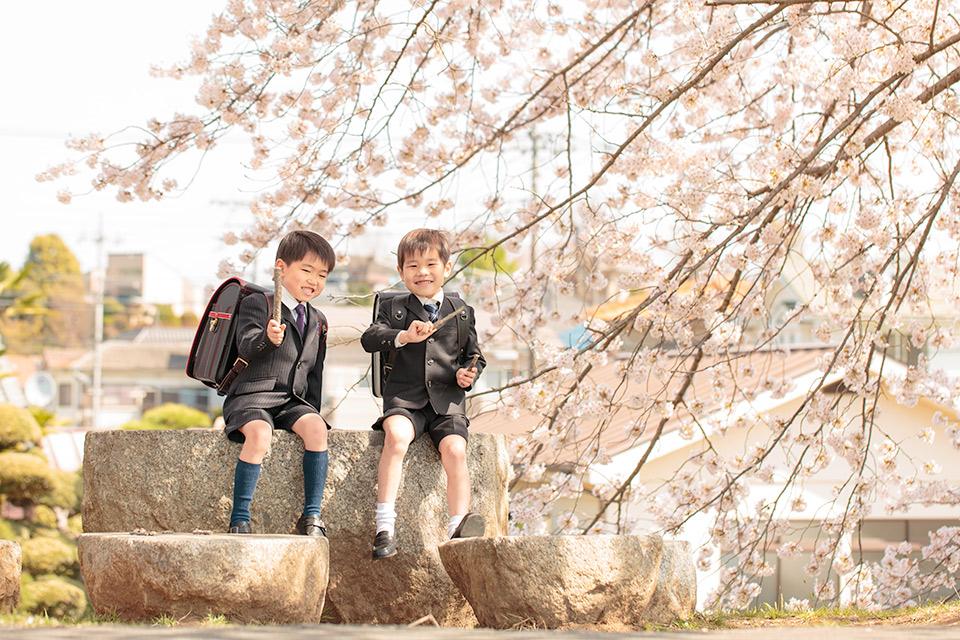 木の枝で遊ぶ二人
