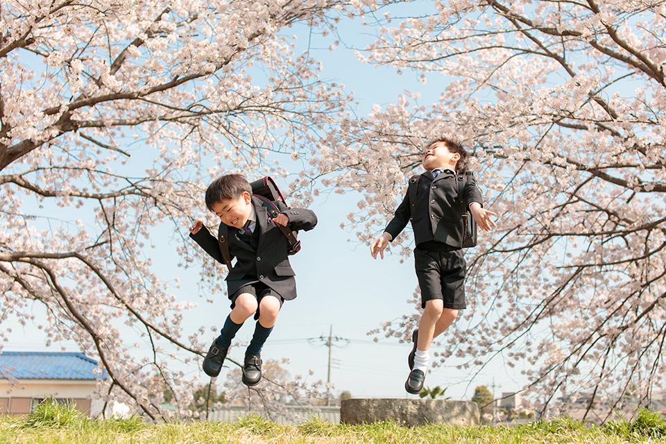 桜の下でジャンプ!
