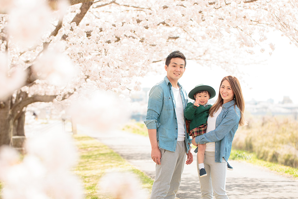 桜の下でだっこで家族写真