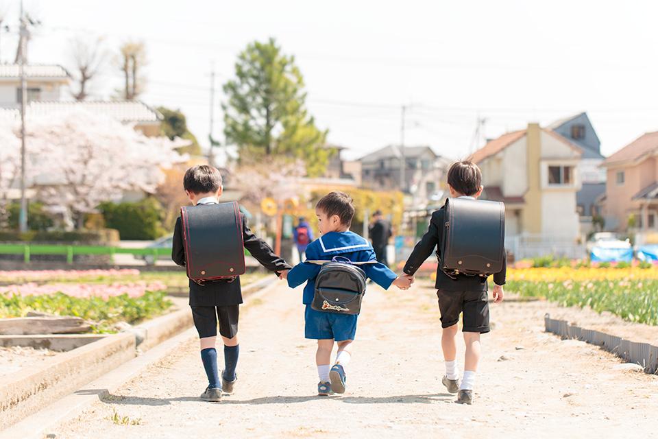 弟さんを真ん中に3人仲良く歩く後ろ姿